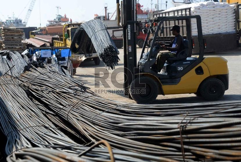 besi-dan-baja-prioritas-industri-di-indonesia-pekerja-melakukan-_150528174210-496